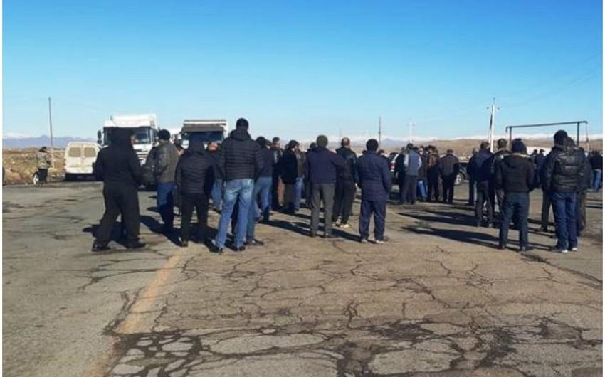 Ermənistanda sakinlər Gümrü-Yerevan avtomobil yolunu bağlayıb