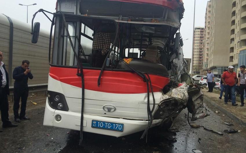 Bakıda sərnişin avtobusu qəza törədib, 5 nəfər yaralanıb - FOTO