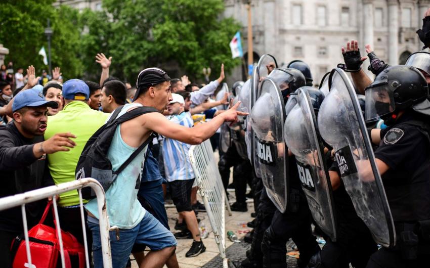 В ходе прощания с Диего Марадоной произошли столкновения фанатов с полицией