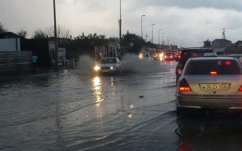 FHN: Bakıda güclü yağışla əlaqədar 36 nəfər təhlükəsiz əraziyə çıxarılıb