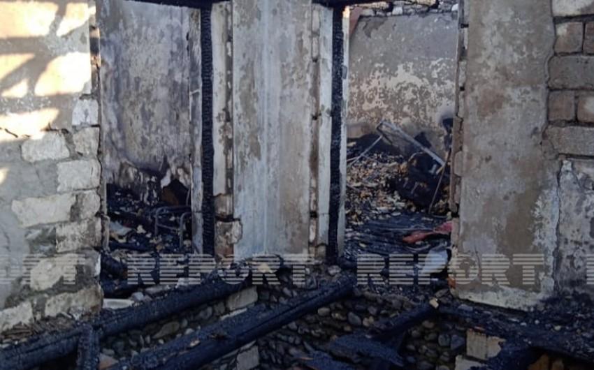 Yevlaxda yaşayış evi yanaraq kül olub