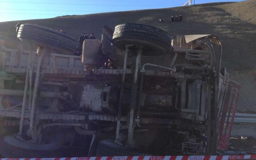 Şamaxıda yük maşını minik avtomobilinin üstünə aşıb: 6 nəfər ölüb