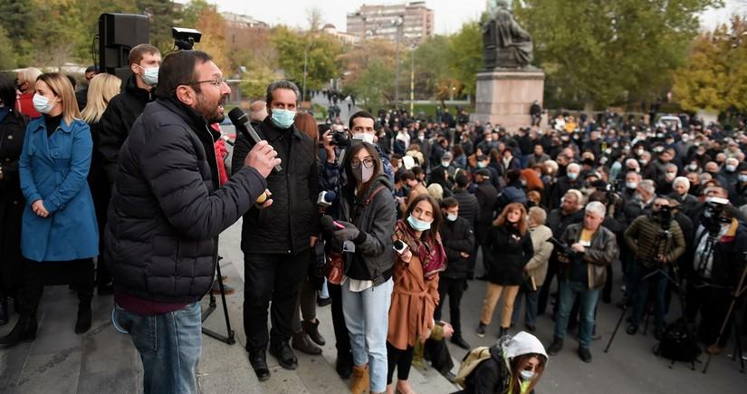 Ermənistanda hakim partiya deputatlarının evləri qarşısında aksiya keçirilir