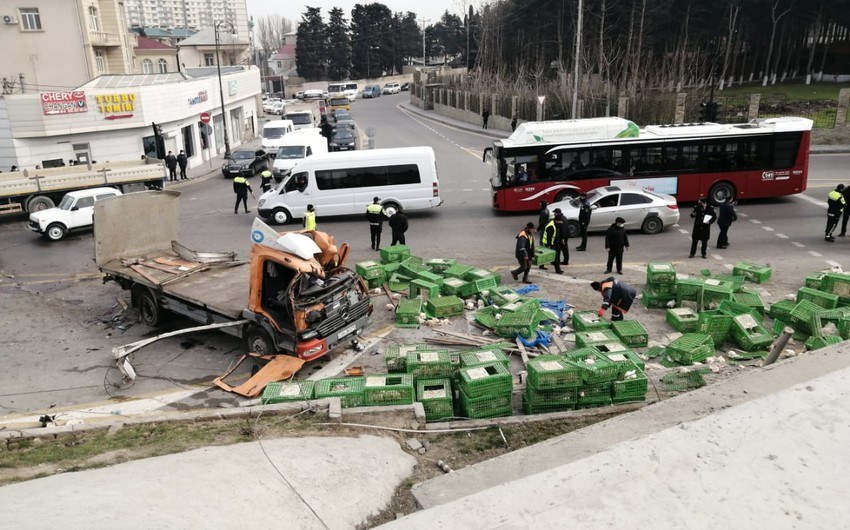 Bakıda yük avtomobili aşıb, toyuqlar asfalta tökülüb - YENİLƏNİB