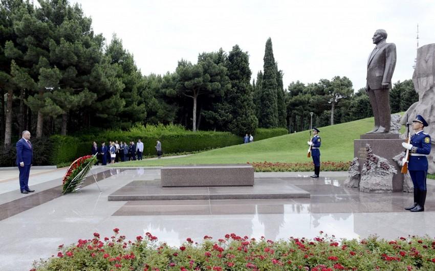 Президент Молдовы посетил Аллею почетного захоронения и Шехидляр хиябаны - ДОПОЛНЕНО