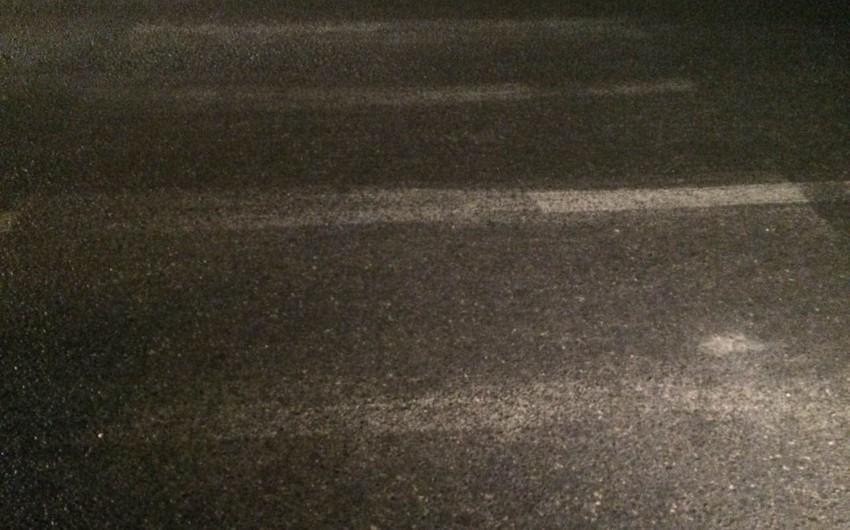 Bakıda metal əşyalar daşıyan avtomobil yaşlı kişini vurub - FOTO