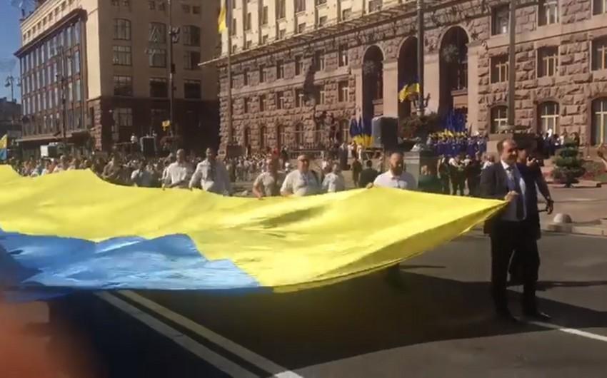 Kliçko və azərbaycanlı diaspor rəhbəri ən böyük Ukrayna bayrağını nümayiş etdiriblər