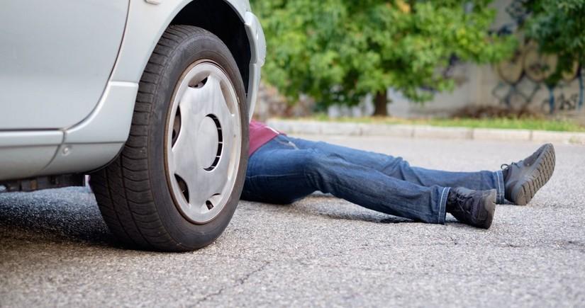 Bakıda yolu keçən piyadanı avtomobil vurdu