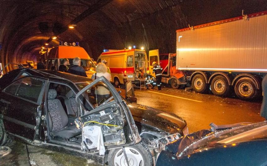 В Болгарии в тоннеле столкнулись полсотни авто