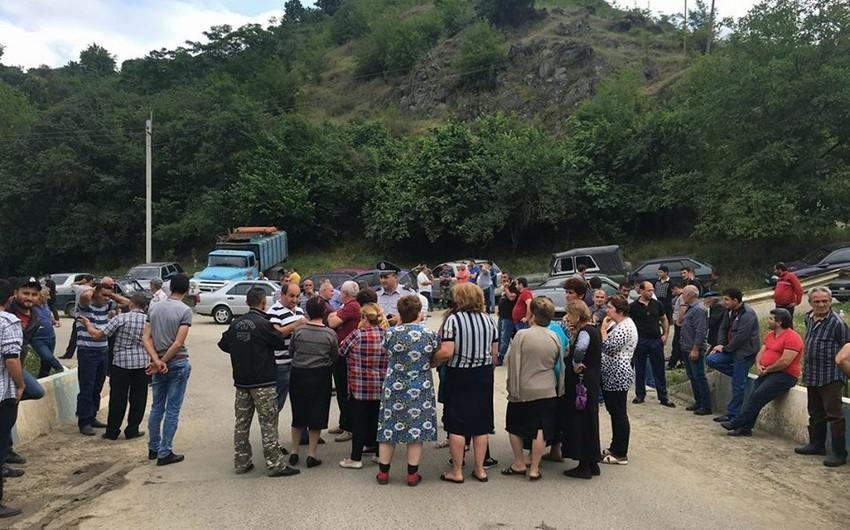 Ermənistanda iki kəndin sakinləri şirkətin yolunu bağlayıblar