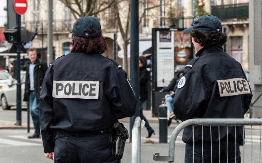 Parisdə polis əməkdaşı həmkarına hücum etmiş şəxsi güllələyib