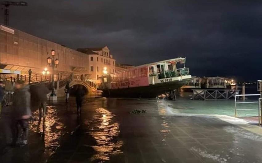 Venesiyada əlverişsiz hava şəraitinə görə 2 nəfər ölüb