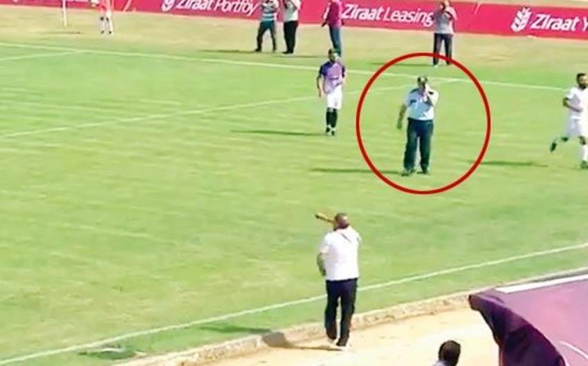 Türkiyədə futbol matçı zamanı telefonla danışan polis meydana girib - VİDEO