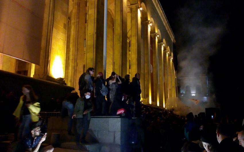 В центре Тбилиси продолжается акция протеста - ФОТО