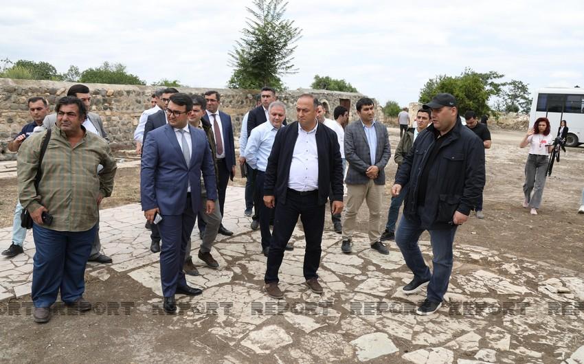 Jurnalistlər Pənahəli xanın sarayının yerləşdiyi imarət kompleksində olub