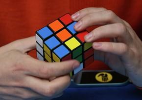 Yaponiyada dünyanın ən kiçik Rubik kubu nümayiş olunub
