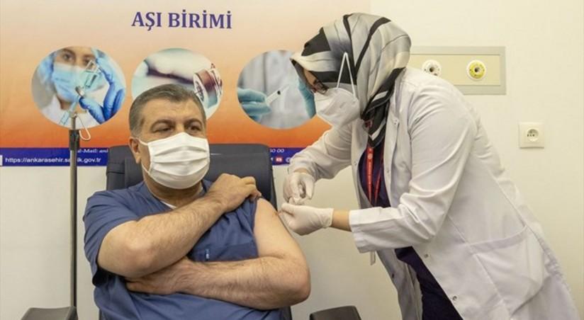 Türkiyənin səhiyyə naziri canlı yayımda peyvənd edildi