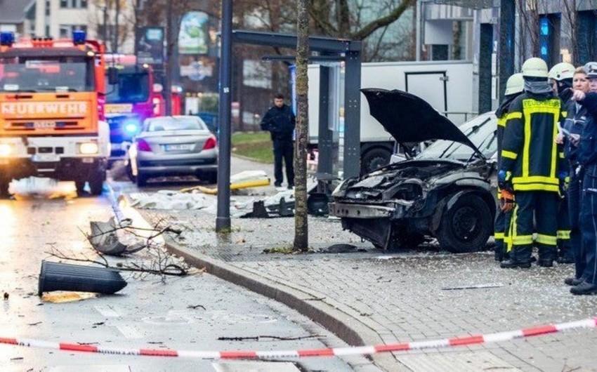 Один человек погиб и 9 ранены после наезда легковушки на остановку в Германии - ВИДЕО