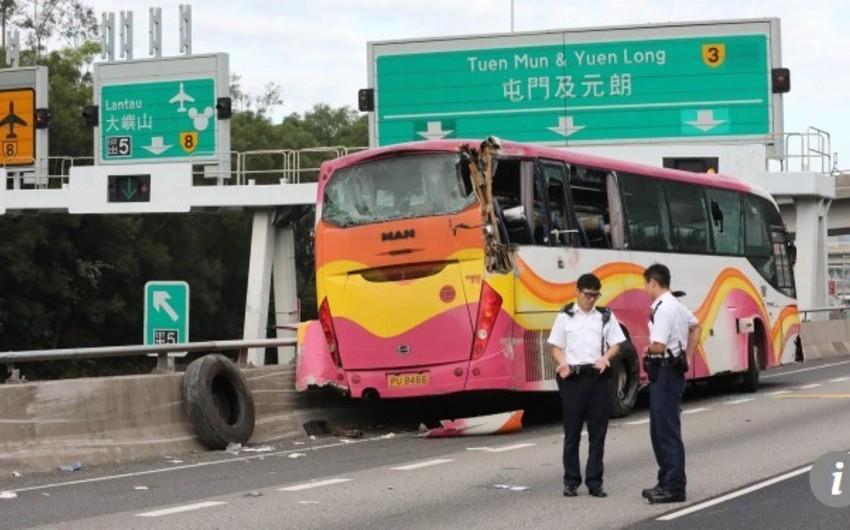 Honkonqda turist avtobusu qəzaya uğrayıb, 5 nəfər ölüb