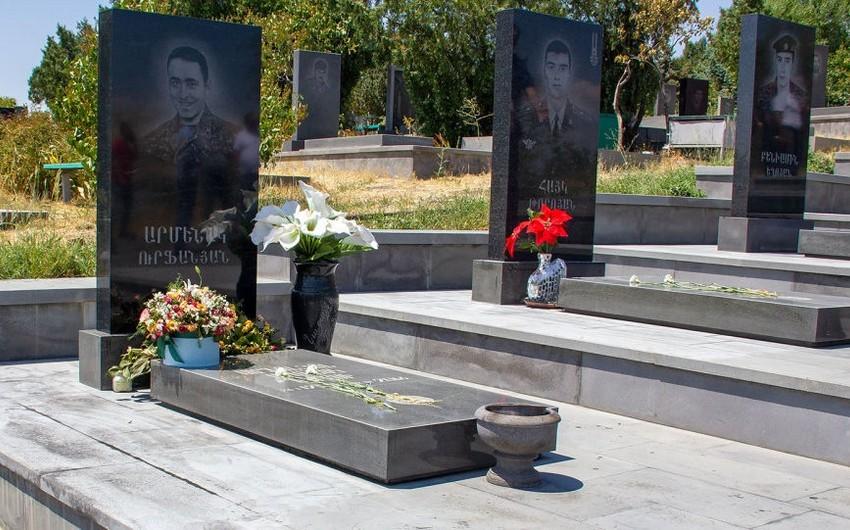 Yerevanda erməni hərbçilərinin başdaşılarını rəngə boyayıblar
