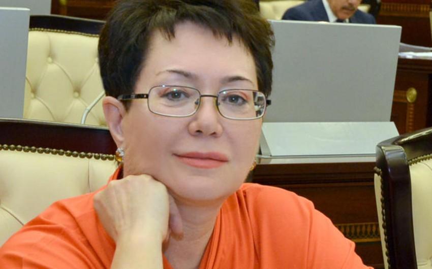 """Zərərçəkmiş: """"Elmira Axundova evində mənə 200 min manatı şəxsən özü verdi"""""""