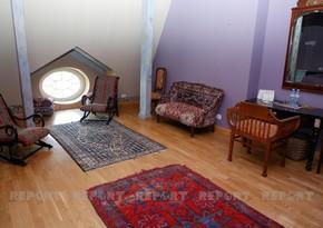 Tbilisidə ikimərtəbəli evin üçüncü mərtəbəsi: yaradıcılıq üçün Nizami Gəncəvi otağı - VİDEO