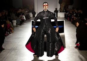 Умер известный дизайнер, создававший костюмы для Дэвида Боуи