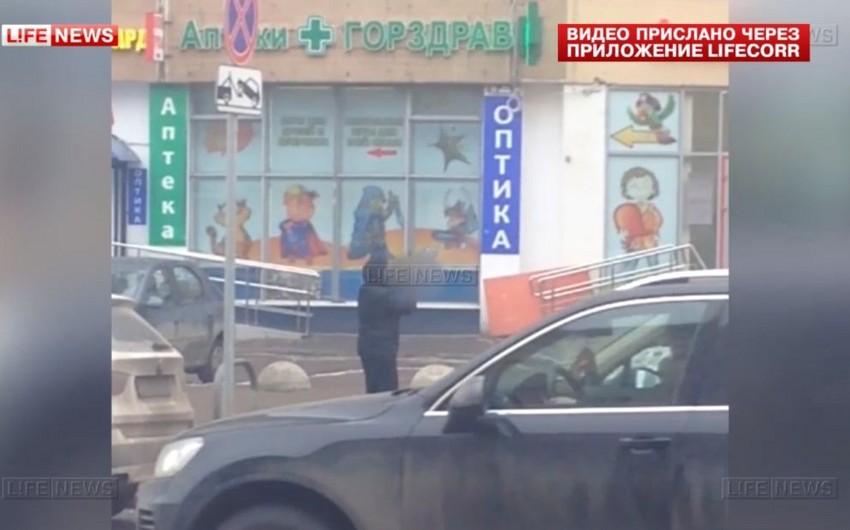 Moskvada əlində kəsilmiş uşaq başı olan qadın saxlanılıb - VİDEO