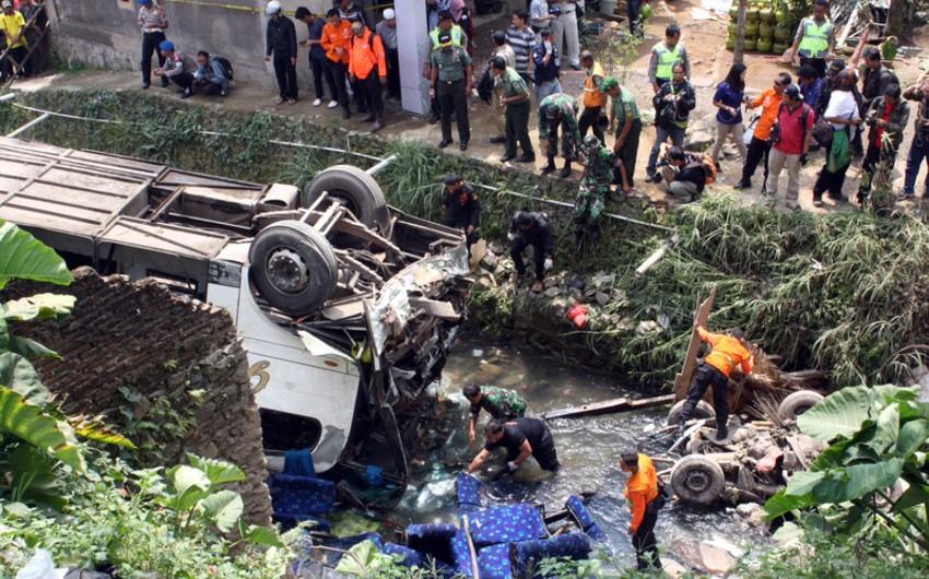 В Индонезии автобус упал с обрыва, погибли 26 человек
