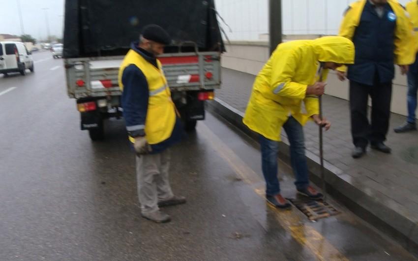 Bakının yollarında yağış-kanalizasiya quyuları təmizlənir - VİDEO