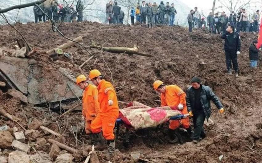 Çində 100-dən çox insan torpaq sürüşməsinin dağıntıları altında qalıb