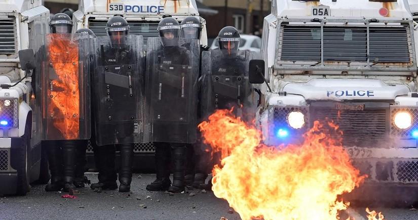 Şimali İrlandiyada qarışıqlıqlar zamanı 14 polis əməkdaşı xəsarət alıb