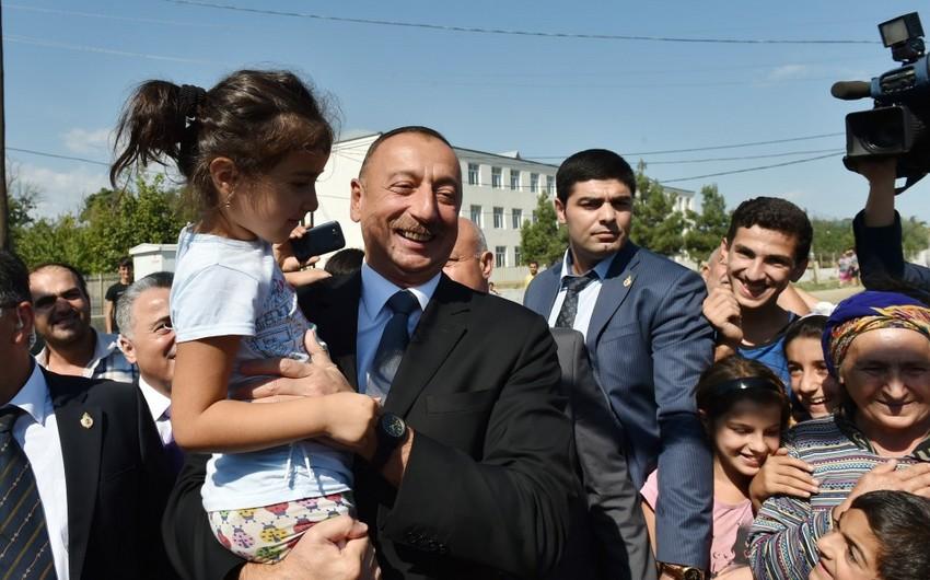Prezident Xudat şəhərinin sakinləri ilə görüşüb