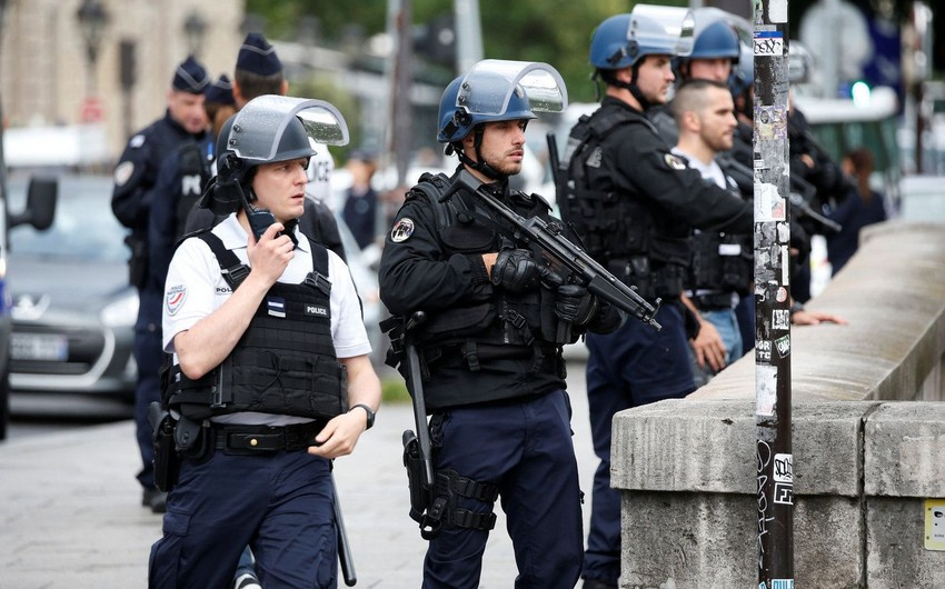 Fransada silahlı şəxs bir neçə nəfəri girov götürüb