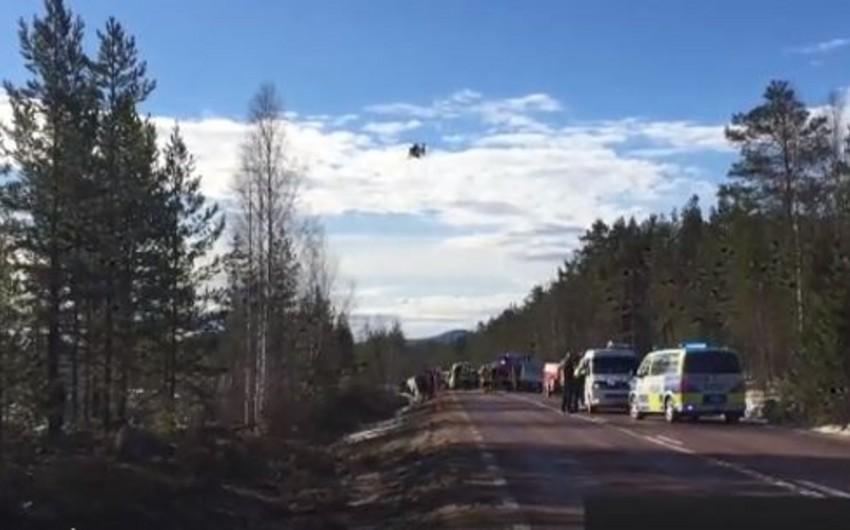 İsveçdə məktəbliləri daşıyan avtobus yoldan çıxaraq aşıb - VİDEO