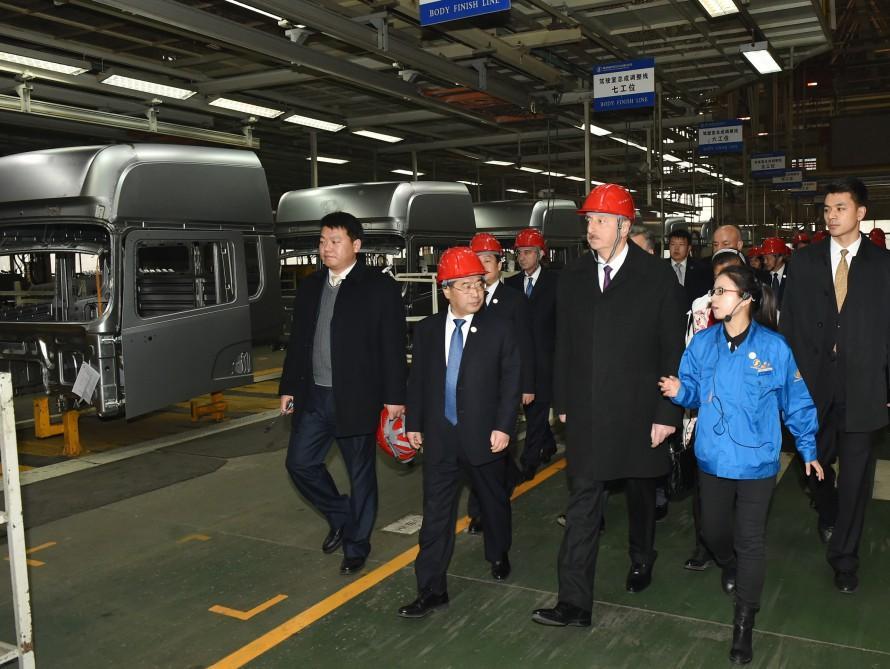 Президент Ильхам Алиев ознакомился с автомобильным заводом Шааньси в городе Сиань