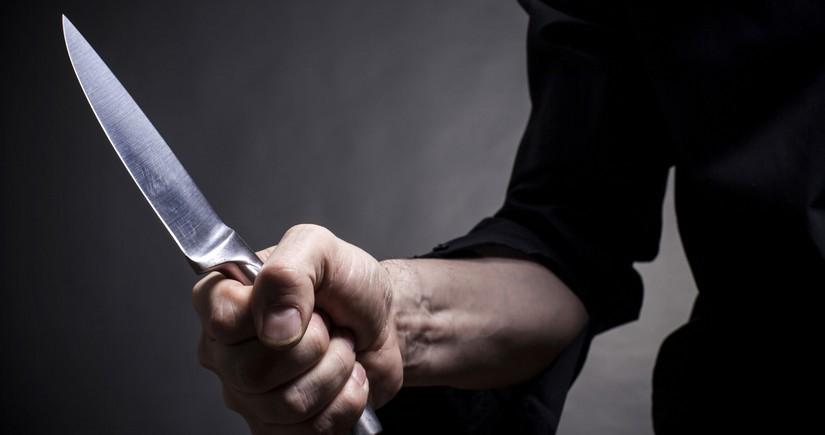 Qax sakini bıçaqlanıb