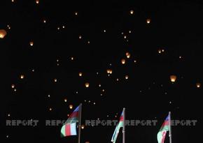 В честь Дня памяти в Баку запустили небесные фонарики