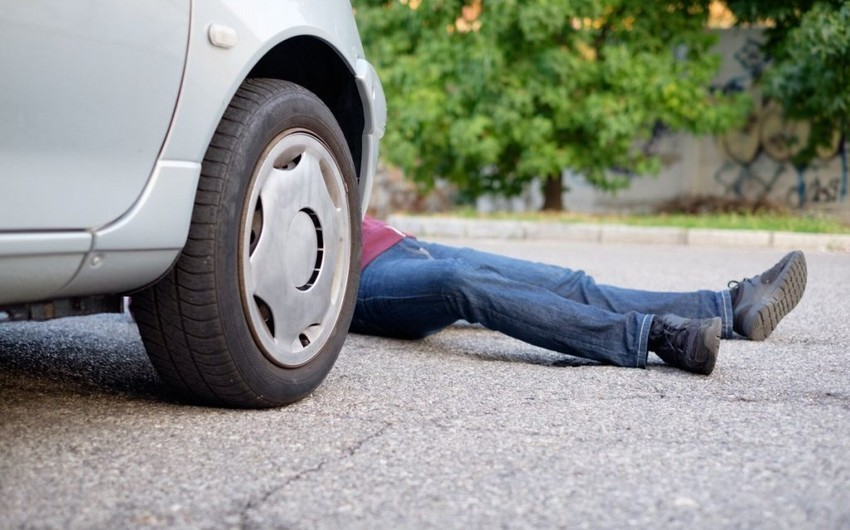 Bakıda avtomobil gənc oğlanı vurdu