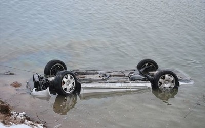 Saatlıda avtomobil su kanalına düşüb, xəsarət alan var
