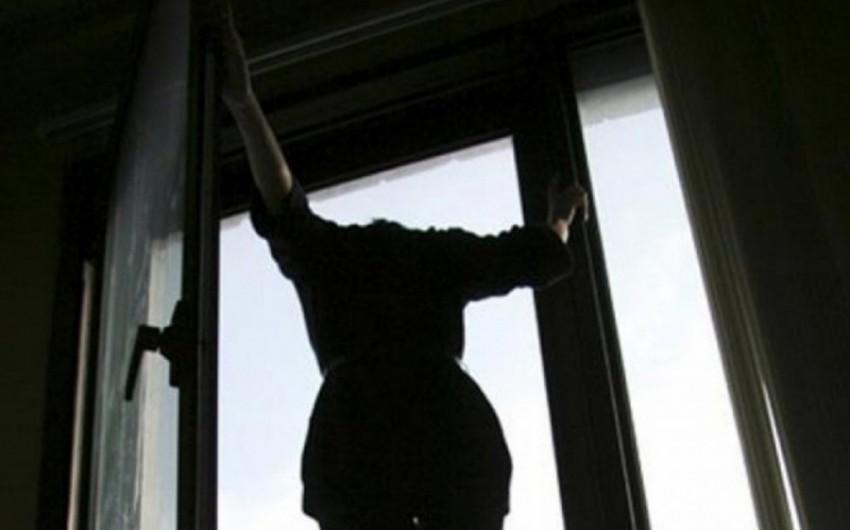 Bakıda qadın özünü binadan ataraq intihar edib