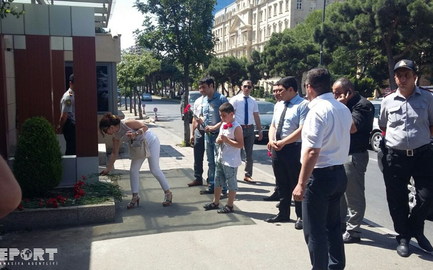 Baku residents bring flowers to the Turkish Embassy - PHOTO