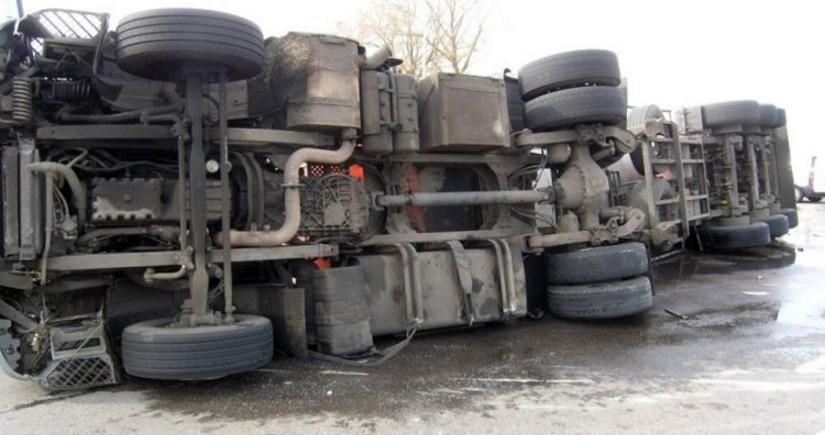 На трассе Баку-Губа перевернулся грузовик, водитель погиб
