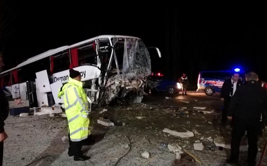 Türkiyədə avtobus qəzaya uğrayıb, 2 nəfər ölüb, 33 nəfər yaralanıb