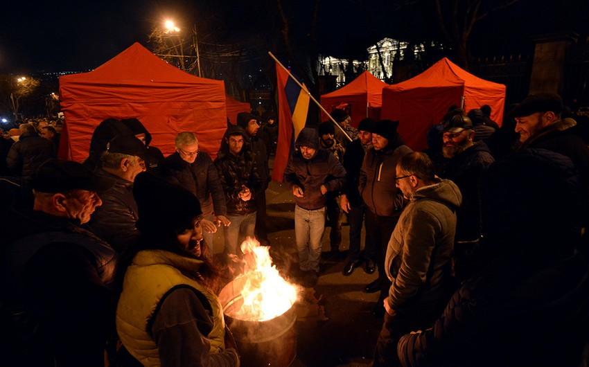 Yerevanda müxalifətin çadır düşərgəsində silahlı şəxs saxlanıldı