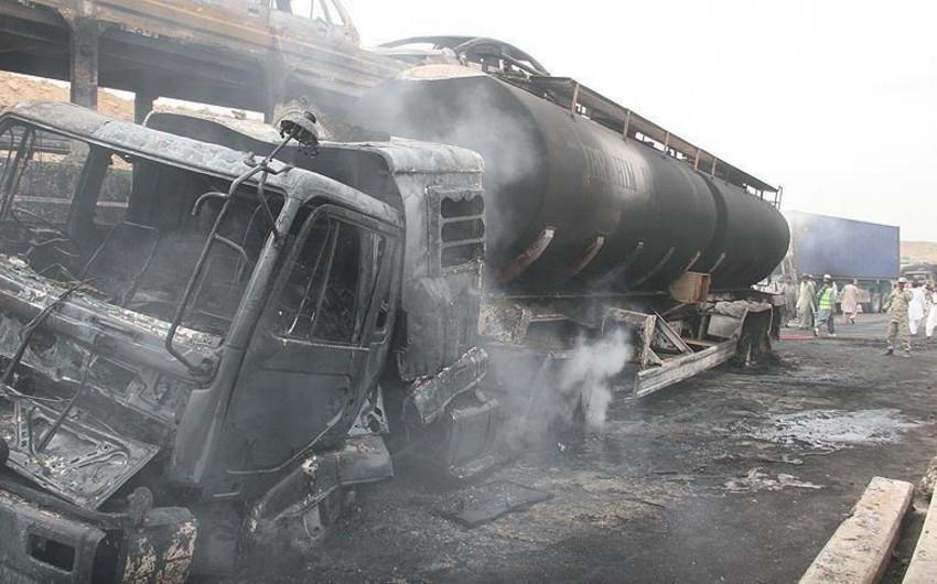 Pakistanda avtobusla yanacaq daşyan maşın toqquşub: 24 nəfər ölüb, 16 nəfər yaralanıb