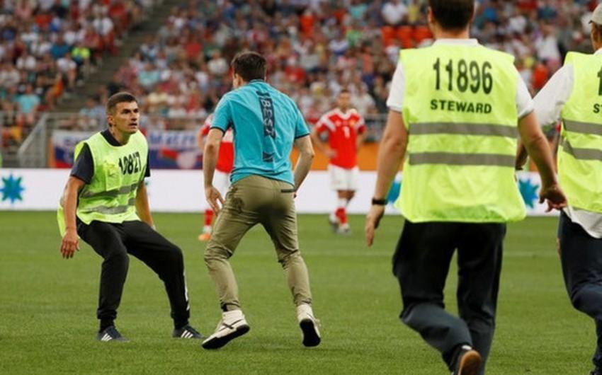 В России выбежавший на поле футбольный фанат арестован на 15 суток