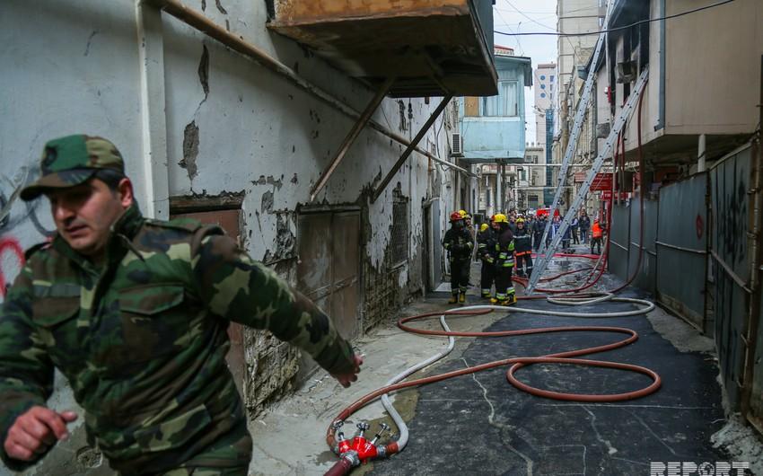 Bakının mərkəzində yaşayış binasında baş verən yanğın söndürülüb - FOTO - YENİLƏNİB
