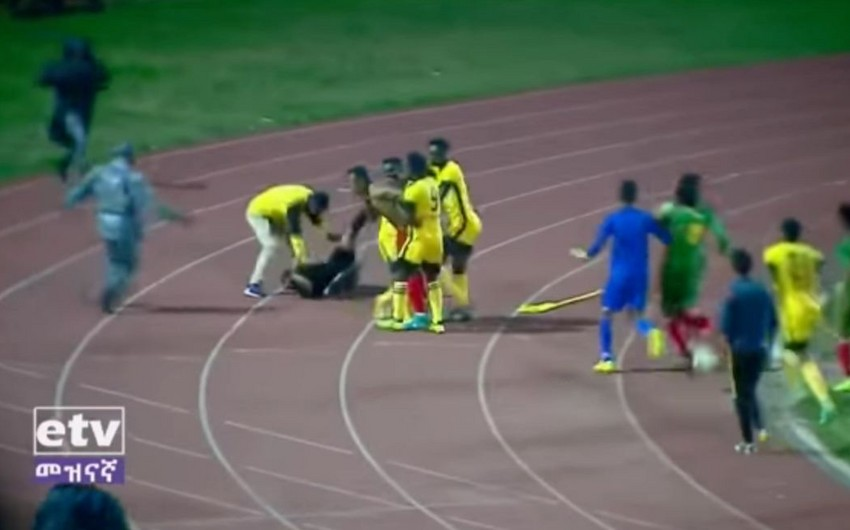 Efiopiya çempionatının oyunu zamanı baş məşqçi və futbolçular hakimi döyüblər - VİDEO