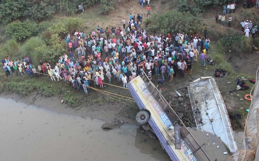 Hindistanda qəzaya uğrayan avtobus çaya düşüb, 44 nəfər ölüb